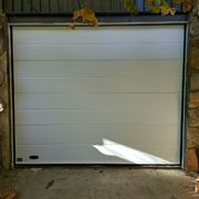 Distribuidores Erreka - Sustitución de puerta metálica antigua por puerta Seccional 2D veteado