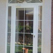 Puerta salida a jardín con barrotillo en Madrid