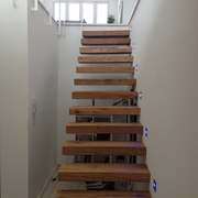 Recibidor y escalera de acceso a la planta alta