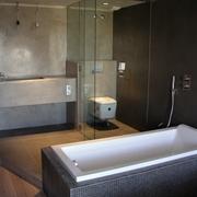 Reforma baño en Barcelona: bañera separada de la pared