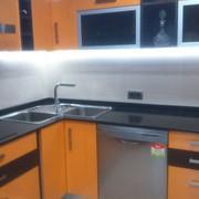 Reforma integral de cocina moderna en color melocotòn y wengue en Palma