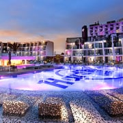 REVESTIMIENTO CON MOSAICO VITREO DE LAS PISCINAS DEL HOTEL HARD ROCK DE IBIZA.