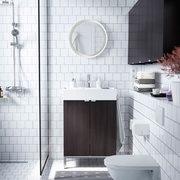 baño con revestimiento en blanco