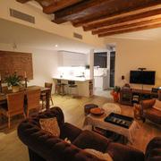 Reforma de vivienda con carácter y vigas de madera