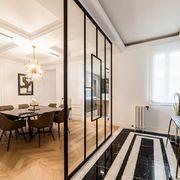 Salón clásico industrial con suelos de madera en damero y mármol blanco y negro
