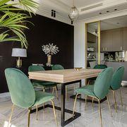 Salón comedor con pared pintada de negro