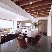Salón comedor de planta abierta con vigas de madera