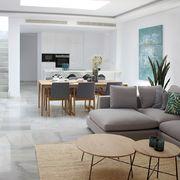 Salón comedor y cocina con suelo de mármol blanco