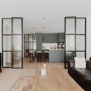 Salón con cerramientos de forja y vidrio
