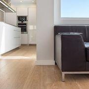 Salón con cocina abierta con suelo laminado