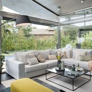 Salón con gran sofá chaise longue