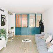 Salón con puertas correderas en azul
