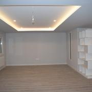 Salón con techo retroiluminado