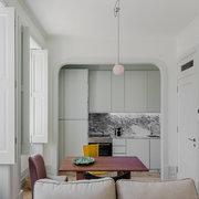 salón con ventanales de madera