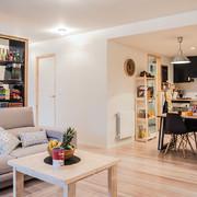 salón con vistas a la cocina