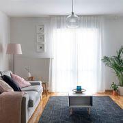 Salón de estilo funcional con sofá en gris