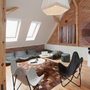 Salón espacioso para sentarse en el suelo