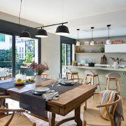 Salón moderno abierto a la cocina