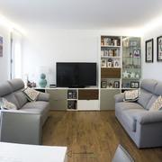 Salón moderno con espacio de trabajo