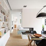 Salón moderno con librería de madera de DM a medida