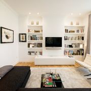 Salón moderno con librería de pladur