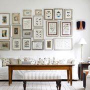 Si eres más tradicional forra la pared de muchos cuadros de diferente tamaños
