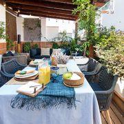 Terraza con mesa puesta para el verano
