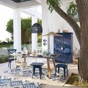 Terraza con muebles decapados en color azul y blanco