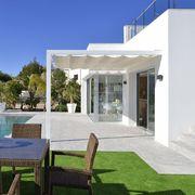Terraza con pérgola de aluminio y tela