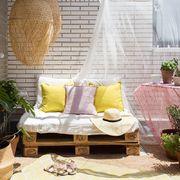 Terraza con sofá de palets