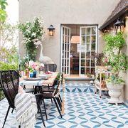 Terraza de casa con suelo de azulejo geométrico