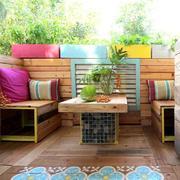 Terraza estilo boho con cojines colores