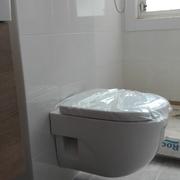 Cambio inodoro con cisterna alta por cisterna empotrada y taza suspendida