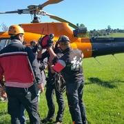Ultimando detalles con el piloto de el helicóptero.