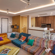 Un áticco con estilo, salón, entrada y pasillo.