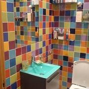 Un baño con muchos colores y buen aroma
