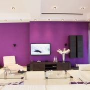 un salón con color morado intenso