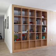 Una estantería insertada como soporte del salón