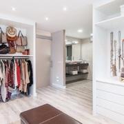 Vestidor con armarios empotrados