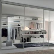 Vestidor con puertas transparentes