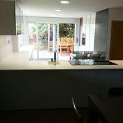 Vista de toda la cocina desde el salón.