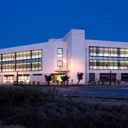 Vista Frontal nocturna Edificio Oficinas