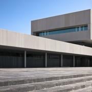 Vista plaza y entrada principal