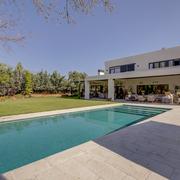 Vista trasera porche y piscina