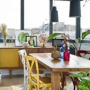Zona de comedor junto al ventanal