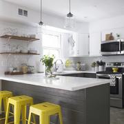 cocina con muebles grises