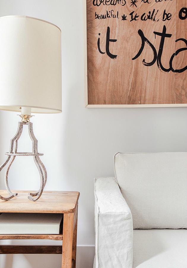 sofá y mesilla con lámpara