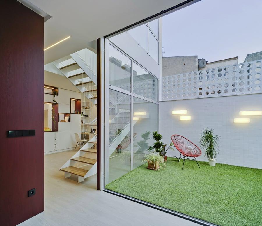 Una casa con un protagonista un patio de luz y color for Casas largas y estrechas