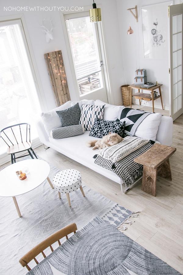 salón con pocos muebles y no muy robustos
