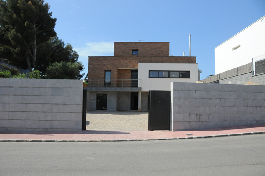 Casa unifamiliar aislada en el vendrell ideas for Fachadas de casas unifamiliares